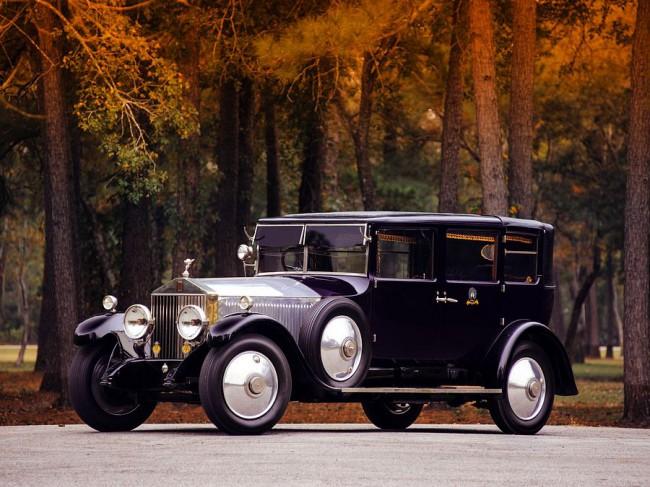 Mulliner karosszériás Phantom I limuzin (1927). A fémszínű, csupán felületkezelt alumínium gépháztető ma is rendelhető opció ennél a típusnál