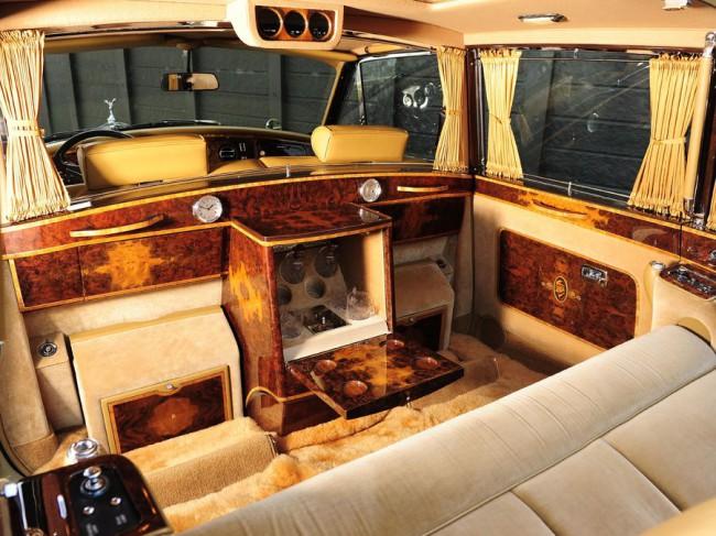 Luxus a Phantom VI fedélzetén. A vezető és az utastér klímáját külön lehet szabályozni, a térelválasztó üveget villanymotor mozgatja