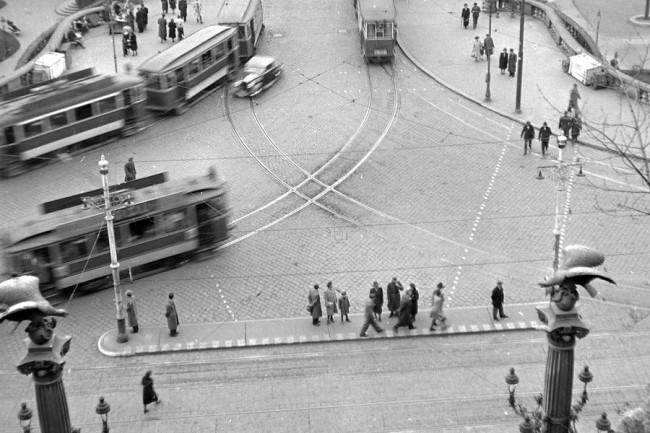 Erzsébet híd budai hídfő. Még nincs a ma ismert zebra, de a gyalogosok csak a felfestett (kipontozott) jelzések között keresztezhetik a közúti forgalmat