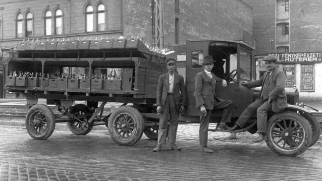 Teherszállításra 1926 után is lehetet lófogatú kocsikat használni, de a fuvarozásban is elkezdődött a gépesítés: nyerges Ford Model T szódás teherautó a Kerepesi úton