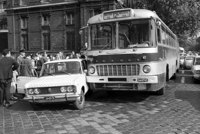Egy kis koccanásos malőr a pesti forgalomban. A GA-87-41 1968 őszén, már a BKV-nál kezdett, és 1978 őszén selejtezték