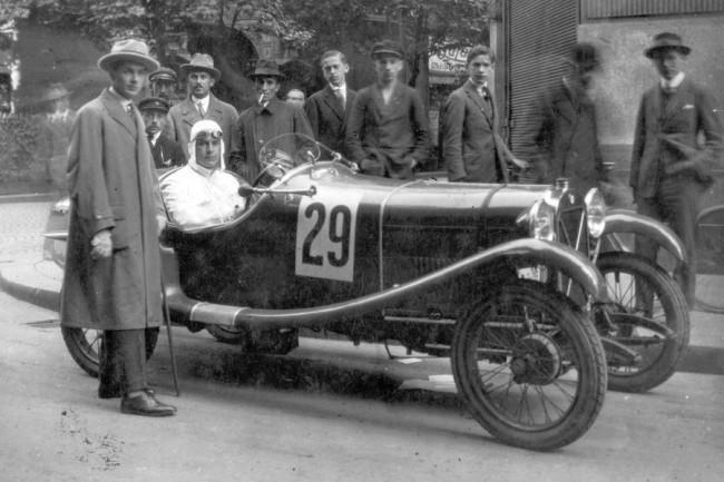 Pezsgő autós, motoros versenyélet volt a húszas években. Szmick Viktor a Magyar Túraút versenyen, 29-es rajtszámú francia Salmson autójában ül