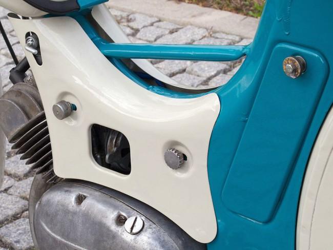 A benzincsap egy kúpos csavar: ha kitekerjük, jön a nafta, nincs külön tartalék állása. A dekli általában hiányzik, ahogy a vázba ültetett szerszámosüreg fedele is. A szögletes nyíláson benyúlva lehet a légszűrőt nyitni-zárni, és az úsztatós szívató gombját megnyomni