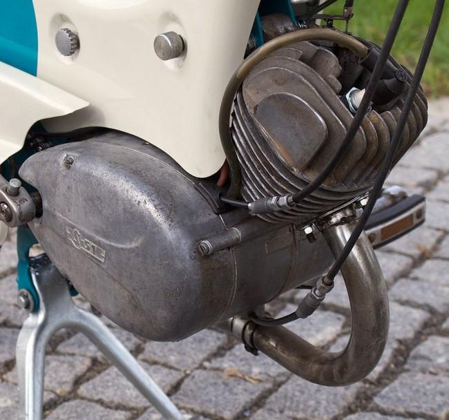 Csak a 3-asé az S51-es jelzés. A megbízhatatlan mágnesgyújtás az egyik legnagyobb problémája, a Riga klubosok (www.riga.hu) már megtalálták a jó helyettesítő megoldást, a Terra kistraktorét - ebben a motorban is az van. A 4-esben már strapabíró, transzformátoros volt a rendszer
