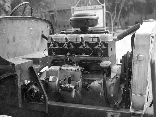 """Kényelmesen elfért a hosszában beépített, 5,3 l-es, 85 LE-s dízel- vagy benzinmotor. A motor tetején a """"lábos"""" a légszűrőház"""