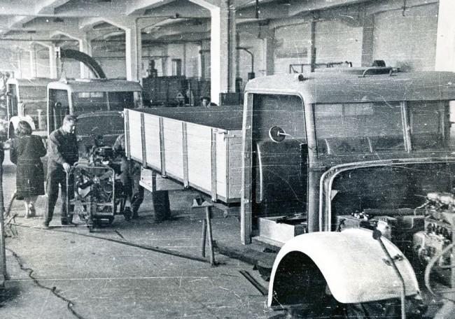 Történelmi pillanat: kézi összeszereléssel készülnek az első D-350-esek. 1950. április 4-én, délelőtt 11 órakor Bíró Ferencné vezérigazgató vezette ki az első Csepelt a gyárudvarra...