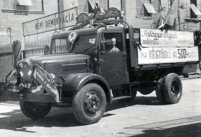 """""""Megnyomták a gombot"""" az autógyárban: az 500. Csepel 1950. augusztus 20-ra, az 1000. november 7-re, a 10000. 1952. augusztus 20-ra, a 20000. pedig 1954. augusztus 20-ra készült el. A dátumok aligha véletlenek"""