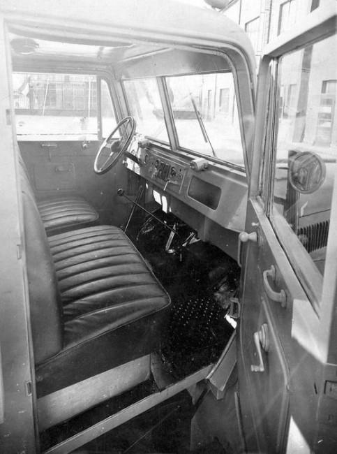 Hárman fértek el a kabinban, a tetőn kibúvónyílás volt. Jól látszik a visszapillantó mögött a karos irányjelző, az ablaktörlőket külön-külön motor hajtja