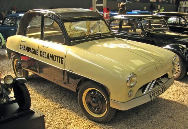 Csak a tető, a kerék, és szemfüleseknek a jellegzetes hűtőmaszk árulkodik: ez bizony egy Citroën 2CV. Jean Antem 1953-ban rajzolta át a népautót