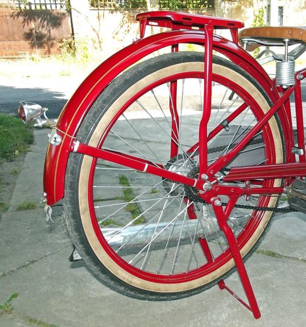 A hátsó kerék a Sachs saját fejlesztésű, 1903-ban szabadalmaztatott kerékagyán forog