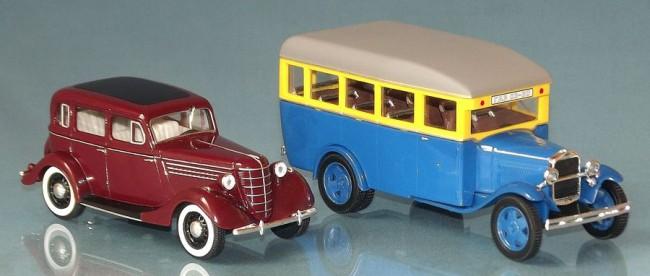 A bordó szedán a GAZ 11-73 1940-ből, jobbra a GAZ AA teherautó alapjaira épített 03-30-as kisbusz