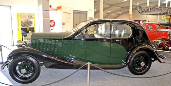 Jellegzetes Bugatti-ruhába bújtatott, bébi-Rollsnak is nevezett Twenty 1925-ből. Kívül csak a hűtőmaszk maradt gyári