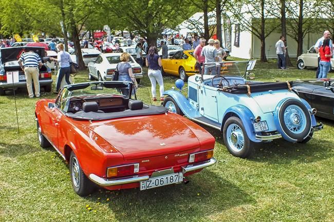 Generációk egymás mellett. A poros Fiat 124 Sport Spider BS1 két évig készült, ritka európai kiadás. A zsűri szerint ez volt a legszebb nyitott autó
