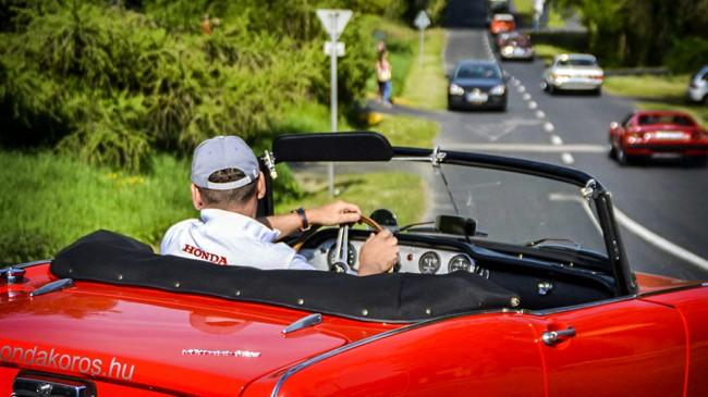 Mindenkit elbűvölt az apró Honda S600 - itt a Magnum Ferrariként ismert 308 GTS után igyekszik. Vasárnap mindkét autó díjat nyert