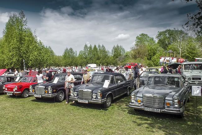 Itt csak három látható, de összesen négy Mercedesszel érkezett a márka felújításában profi Classic Motor. Az egyik kabrió a szálloda különdíját vitte haza