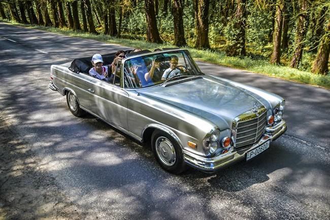 Együtt a család a Mercedes-Benz 280 SE fedélzetén