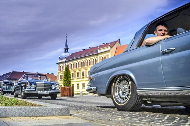 Minden évben felvonul a mezőny. A két Mercedes-Benz mögött a vasárnapi kategóriagyőztes Land Rover Series IIA