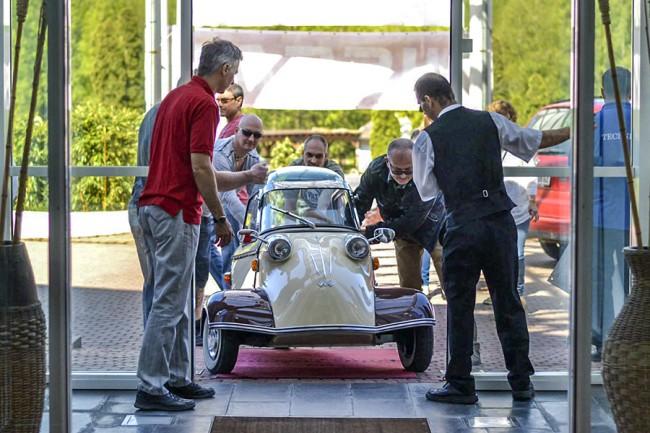 Zajlanak az előkészületek: a szálloda halljában dekorációként parkoló Messerschmitt olyan apró, hogy be tudott gurulni a bejárati ajtón
