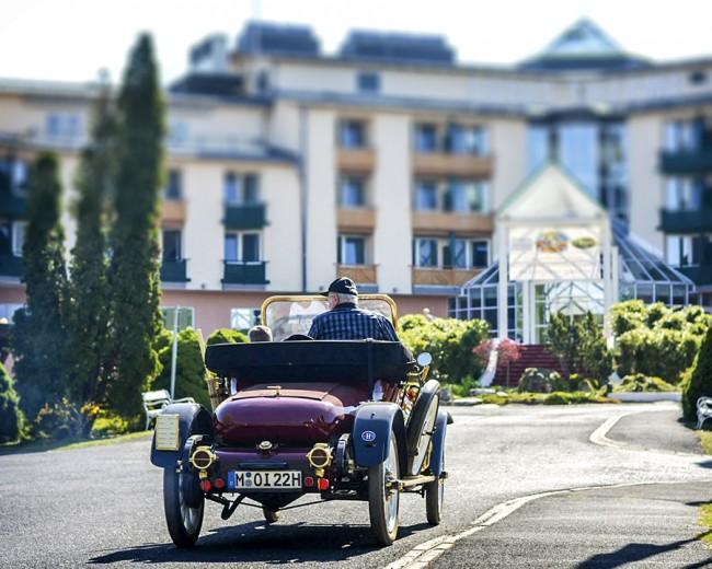 Vidáman pöfög a 104 éves (!) Opel Torpedo, a mezőny legidősebb autója. AMikor elmúlt 100 éves, saját lábon elmentek vele az Opel rüsselsheimi központjába is