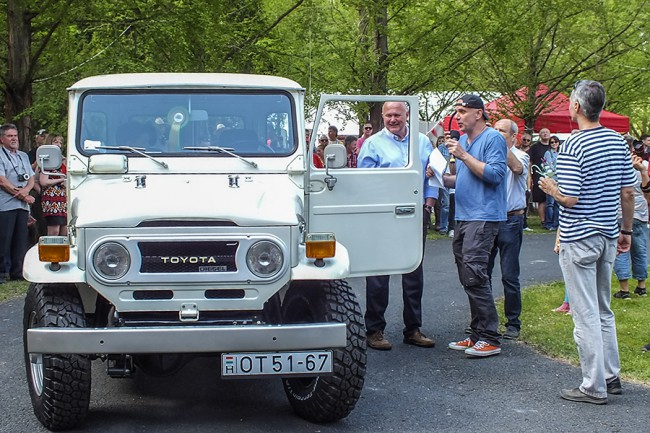 Egyre többen hoznak öreg terepjárókat, idén egy Land Rover és ez a Toyota Land Cruiser állta jelképesen a sarat