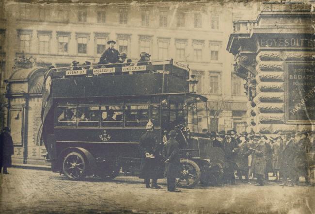 1915. március 1. – az XX-1 rendszámú Austro-Daimler a Vilmos császár úti végállomáson. Háttérben a földalatti akkor még meglévő díszes lejárócsarnoka