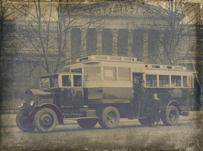 Ez a szokatlan, nyerges Laurin & Klement (Bp 17-124) volt az első fúvott gumikerekes autóbusz az SzKV flottájában. Elsőként érkezett tesztelési célból