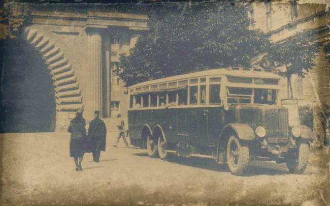 Háromtengelyes Büssing (Bp 17-125) az Alagútnál. Úgy hírlik, ha sikerül megállapodni a licensz díjban, akkor a Mercedes helyett ezt a márkát választják