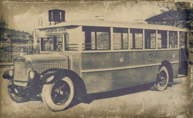 Nay és Róna karosszériás MÁVAG-Mercedes N2h, az úgynevezett hegyi típus, amely a 400-as sorozatban tartozott. A normál N2-esekre 300-as csoportba tartozó számokat festettek