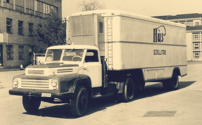 Csepel D450 N hűthető hússzállító félpótkocsival. Külsőre (részben üvegezve) hasonlóan néztek ki a lovakat szállító szerelvények és a lakókocsik is