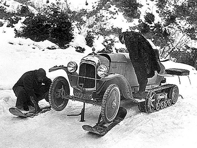 1920-ban már folyt az alkotómunka a Citroën A típussal. Itt épp a sítalpak felhelyezését tanulmányozzák