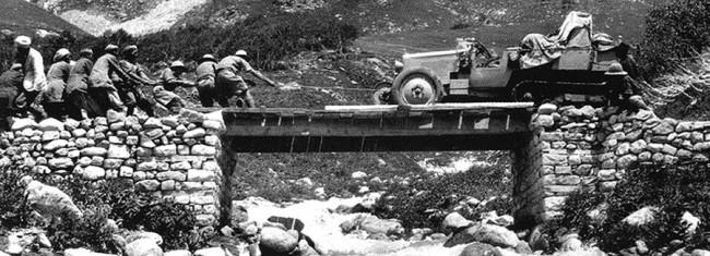 Ázsiai portyázás során segítők vonszolják át a C4-est egy rozoga fahídon, valahol a Himalájában