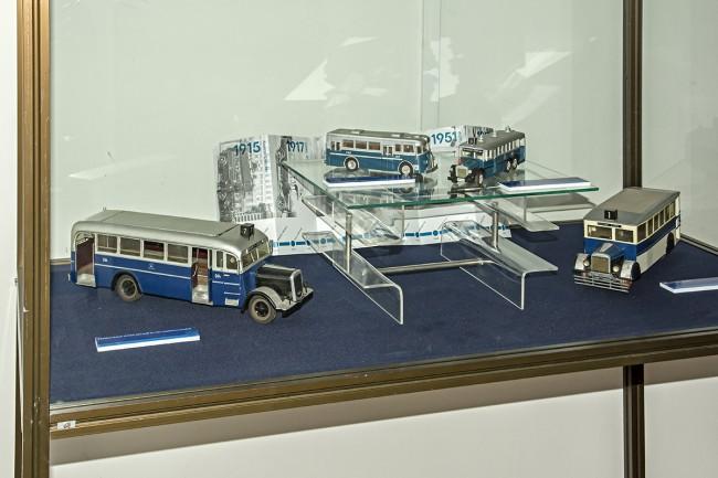 Mávag buszok csoportja. Alul balra jól látható, hogy a fekete motorsátor miatt lett a típus beceneve Koporsó, jobbra pedig egy átalakított sínautóbusz - a háborús gumihiány miatt több buszt is átalakítottak, a kocsik a villamosok pályáján közlekedtek. Felül a háromtengelyes Mávag NI 56, balra egy nem éppen jól sikerült Rába Tr 3,5 kicsinyítés