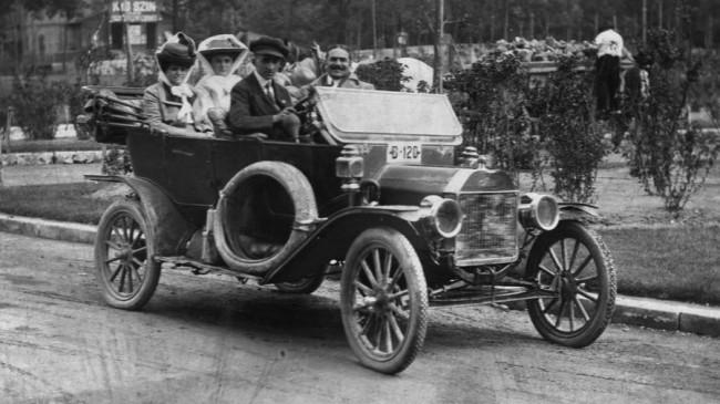 Ford Model T a Városligetben – a sofőröket öltözékükről is fel lehetett ismerni, a nyitott karosszériák korában elkelt a sapka, a szemüveg (fotó: Fortepan)