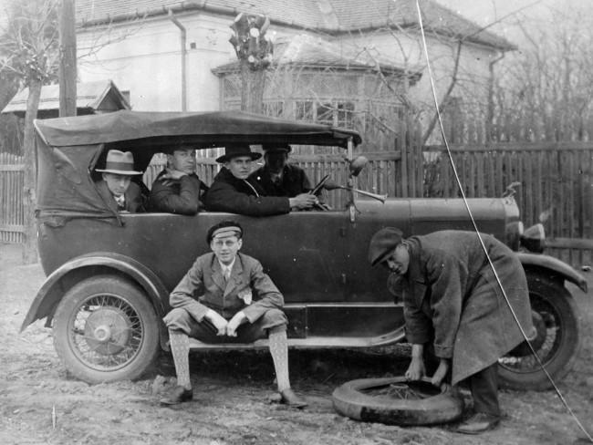 Defekt. Kereket cserélni, gumit javítani az egyszerűbb feladatok közé tartozott, a járművezetőknek mindenhez kellett érteni (fotó: Fortepan)
