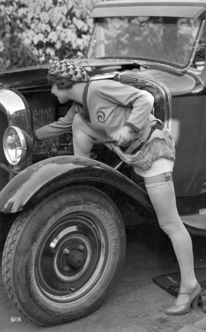 Kikötötték a férfiak jelentkezését a sofőrképzésben, így talán harisnyát reklámoz a motortérben tevékenykedő hölgy, mert a volán mögé hivatalosan nem ülhetett. Szaúd-Arábiában még ma sem vezethetnek autót a nők... (fotó: Fortepan)