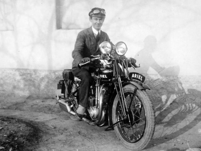 Dupla fényszórójával valóban fényűző az Ariel motorkerékpár – a kétkerekűek után is kellett luxus-, forgalmi- és közúti adót fizetni