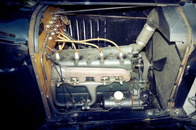 Az öntöttvas hengerfej leszerelhető, a motor és a váltó olajtere közös. Mindenevő: ha nem volt benzin, petróleummal és alkohollal is ment