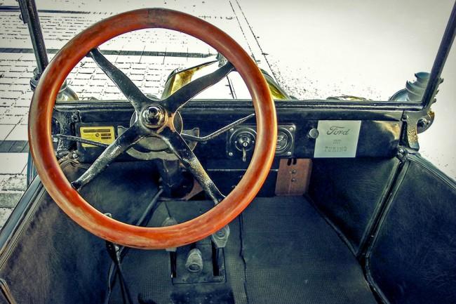 A töltésmérő az egyetlen műszer, sebességmérőt felárért adtak. 1919-től lett önindítós, taposókorongja a váltókar tövében van