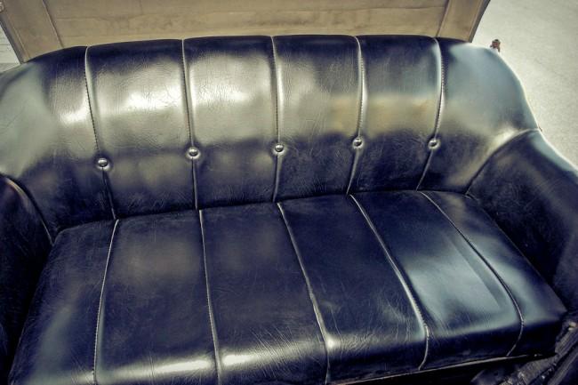Komfortot csak a puha, rugós ülések kínálnak, ezen ketten bőven elférnek. A csomagtartót a hátsó pad alá rejtették