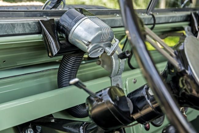 Mindkét ablaktörlőt egy-egy Lucas villanymotor hajt, a gégecsövön meleg levegő fújható a szélvédőre, amely előre billenthető