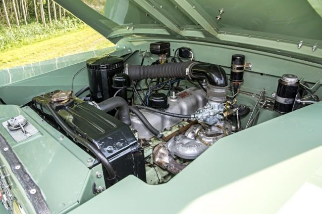 Bőven van helye a négyhengeresnek, a későbbi Series III már V8-assal is ment. Ez a 2,25 l-es benzines könnyen átalakítható dízelüzemre