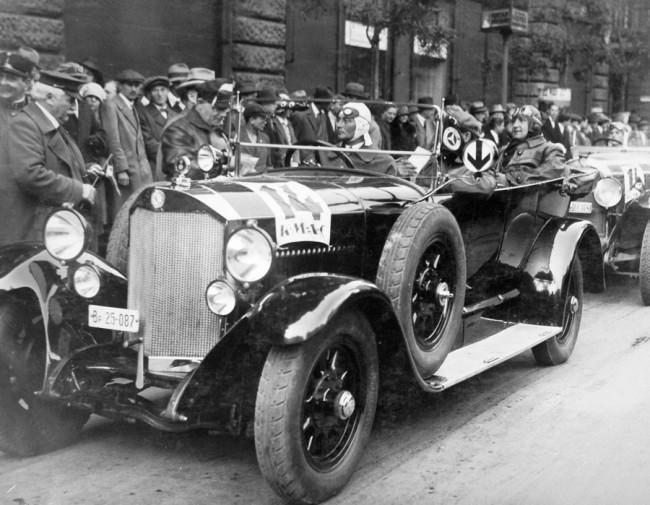Spicchűtős Mercedes rajtol 14-es számmal a Királyi Magyar Automobil Club irodája elől az Apponyi téren, a Magyar Túra versenyen
