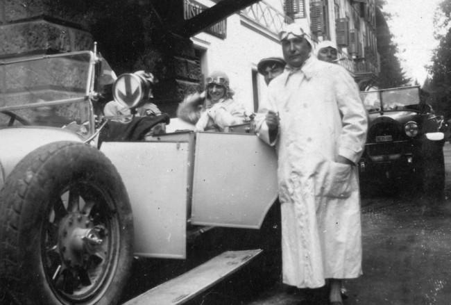 Sapka, szemüveg, hosszú vízálló kabát – jellemző automobilista öltözet nyitott túrakocsikhoz