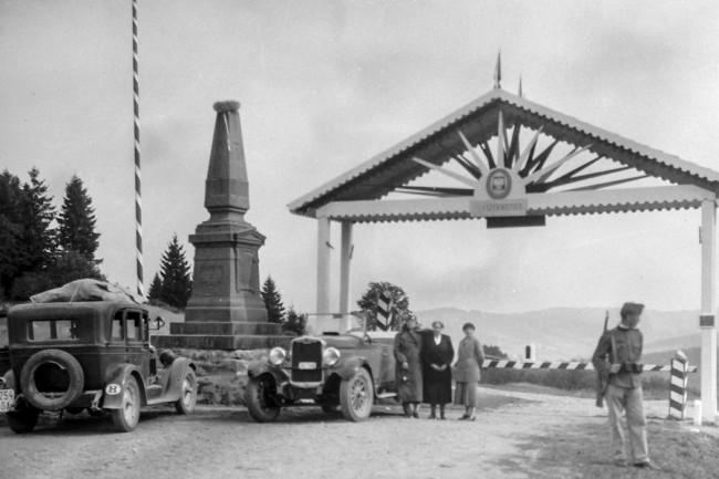 Magyar autók a Vereckei-hágónál, az 1950-ig meglévő emlékobeliszknél. Jól látszik a H betűs államjelzés