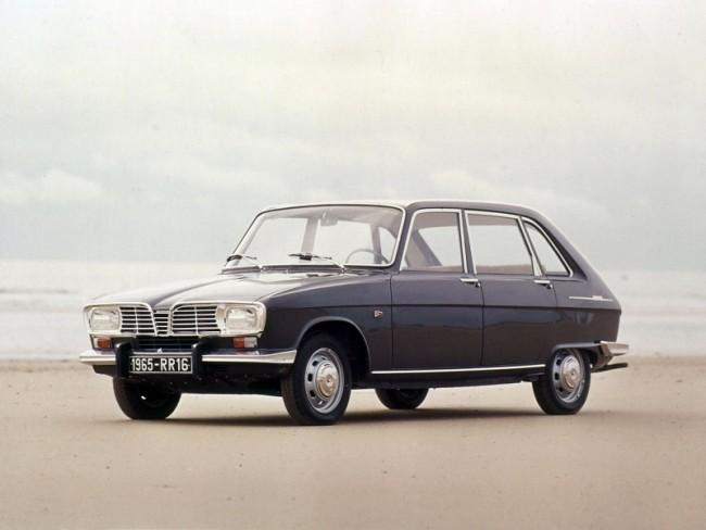 """Korai széria, még a jellegzetes Renault-rombusz nélkül az elején. A """"madárcsőr"""" hűtődíszt később innen mentették át több Renault típusra is"""
