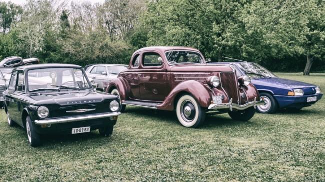 Korszakok és földrészek egymás mellett: balra a farmotoros Hillman Imp az 1960-as évek Angliáját, középen az 1935-ös Ford V8 az amerikai Bonnie és Clyde korszakot, jobbra a Citroen BX az 1980-as évek európai stílusát képviseli