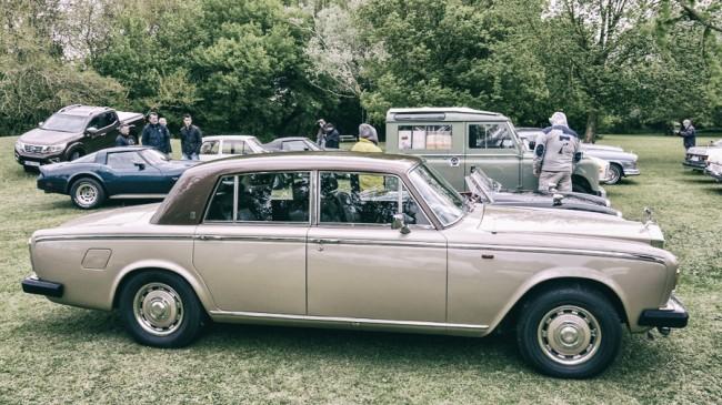 Elegáns a bronz és a barna színkombináció a Rolls-Royce-on. Mögötte egy másik angol gép, a kategóriagyőztes Land Rover Series IIA