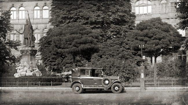 Taxi a Köröndnél, az Andrássy úton. A kistaxiknál nem csak a járműnek, de a pneumatiknak (gumiabroncs) is magyar gyártmányúnak kellett lenni