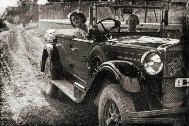 Tanulóvezető a Fiat 520 volánja mögött. A vezetőképző oktatók engedélyével kapcsoltban mindig szemlézett az OAB