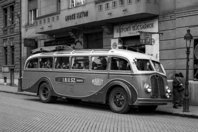 Gyönyörű vonalak a harmincas évekből: Mávag LO 4000 alvázra épített, vélhetően Zupka karosszériás autóbusz. A fotó az 1940-es évek elején, a XII. kerületi Csaba utcában készült, a különjárattal a Cecília Kórus indul fellépésre. A csomagokat a tetőn helyezték el, a busz a hátfalra erősítve vitt magával pótkereket
